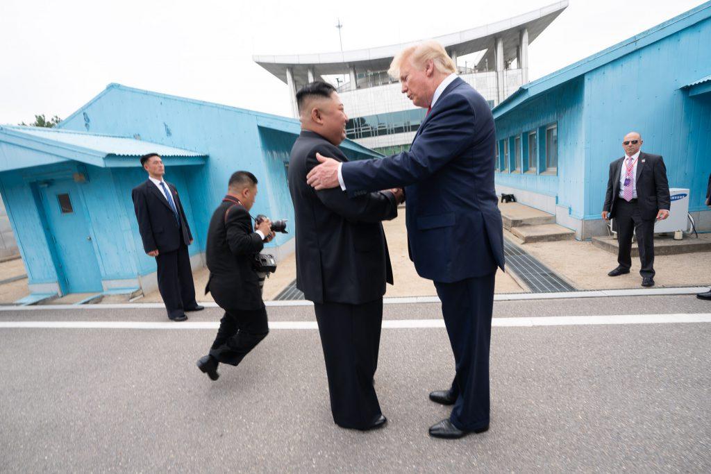 川普與金正恩於2019年6月30日在板門店的朝鮮半島非軍事區見面(圖/美國總統行政辦公室)