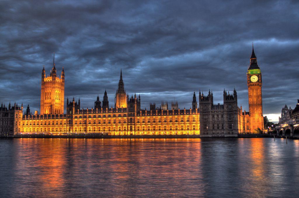 強森奏請女王「關閉議會」,英國女王也已經按照憲政慣例依首相要求下令國會不得在 10 月 14 日前召開(圖/Maurice/CC BY 2.0)